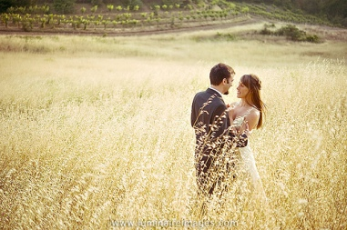 wedding_couple_in_field_photo_picture